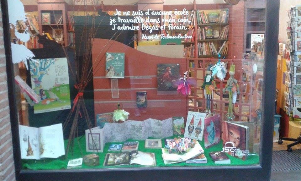 Des elfes, des lutins, des gnomes et autres farfadets ont envahi la vitrine de la librairie !