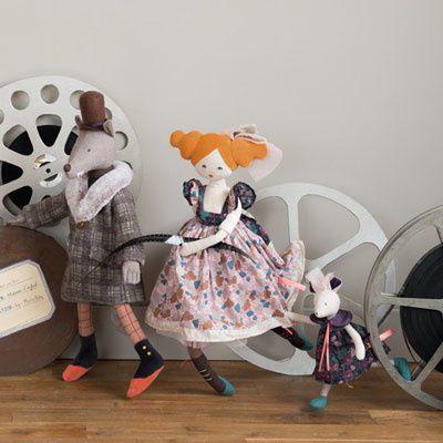Un grand loup gris, une poupée de rêve, des petites souris... C'est la féerie des peluches et poupées Moulin Roty...