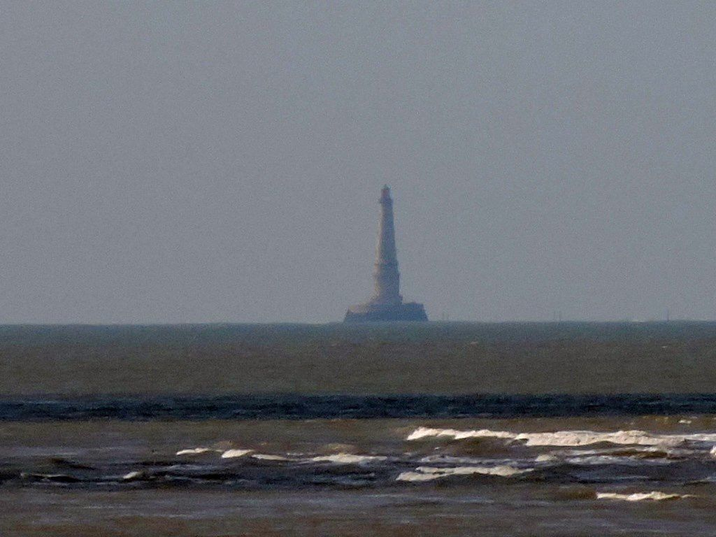 Je termine avec ce couple qui regarde au loin et cette image de Cordouan perdu au milieu de l'océan ...j'ai passé une très belle journée .La vie est faite de petits bonheurs comme cette journée remplie de soleil et de souvenirs ...