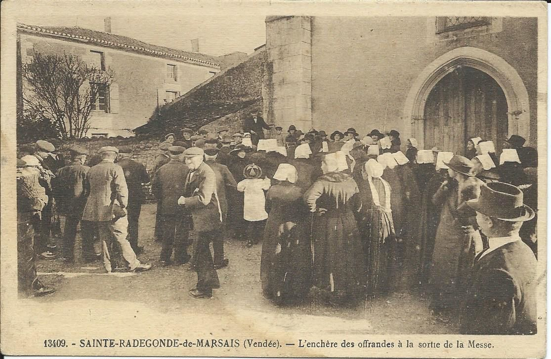 Sortie de messe à Sainte Radegonde de Marsais