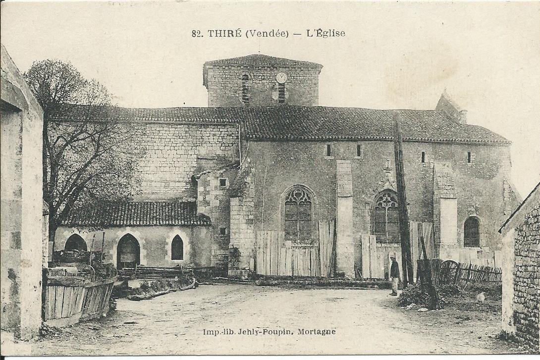 Sur la façade de l'église le charpentier entrepose ses planches.