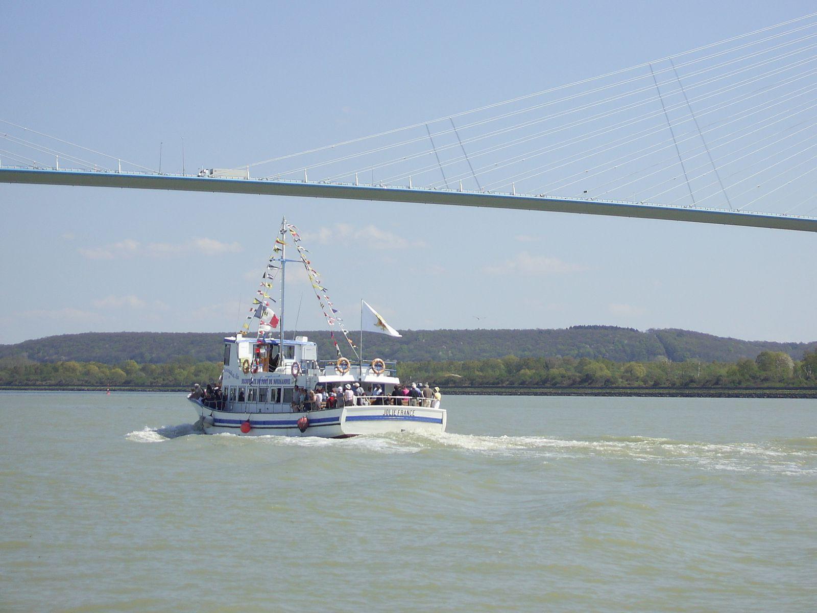 A Honfleur, nous avons pris le bateau pour aller découvrir le pont de Normandie. Il s'agit d'un pont à haubans, c'est-à-dire que sa plate-forme horizontale, le tablier, est suspendue par des câbles issus de pilônes (alors que les ponts suspendus ont leurs câbles ancrés sur les rives). Sa construction a débuté en 1988 et s'est achevée en 1995. Hormis le pont, rien d'autre à voir durant la balade. A déconseiller donc, sauf si vous avez envie de prendre l'air marin durant 1 h 30.
