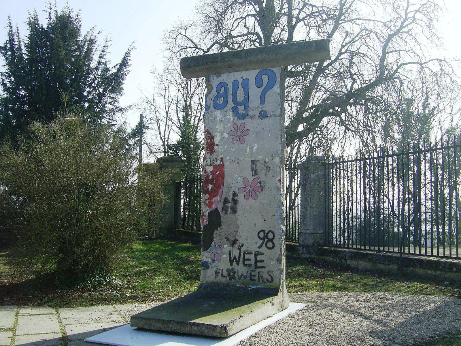 A voir dans les jardins du Centre Mondial de la Paix de Verdun : un pan du mur de Berlin