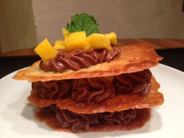 Millefeuille chocolat mangue sur tuiles à l'orange
