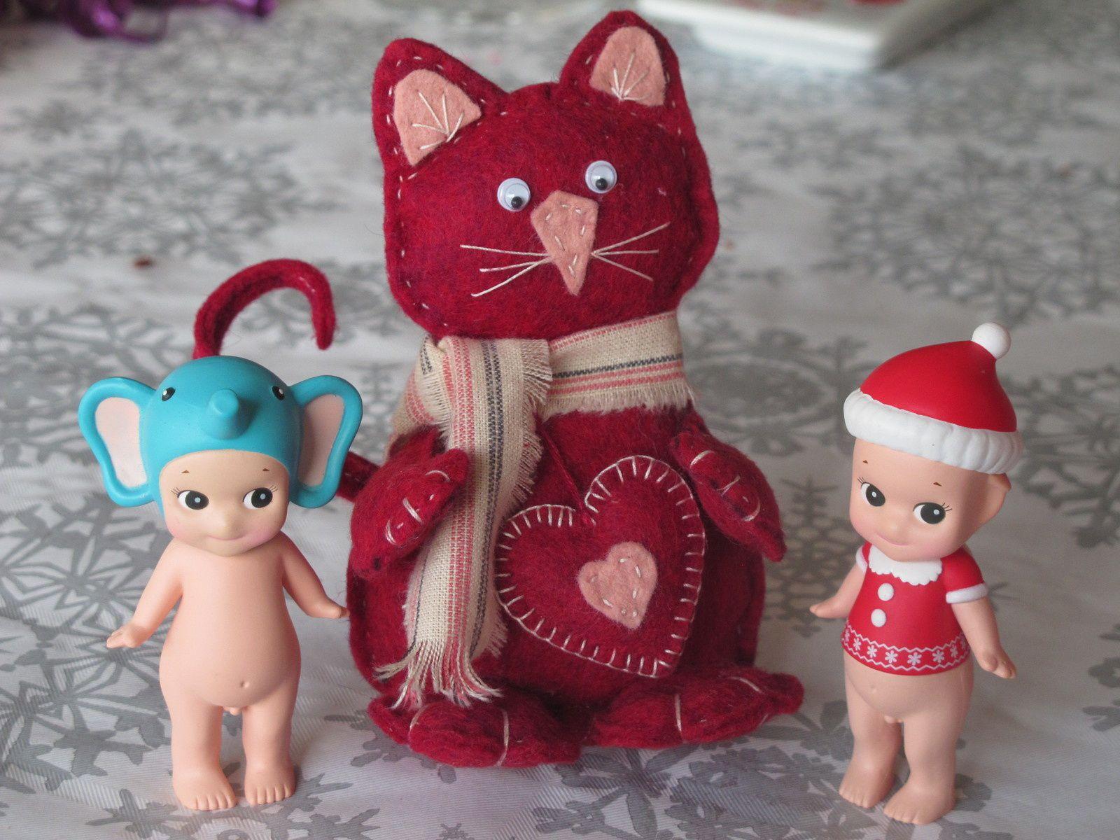 Mes amies brodeuses m'ont gaté, cath m'a fait ce petit chat en feutrine et Barbara a contribué a agrandir ma petite collection Merci beaucoup les filles♥♥♥