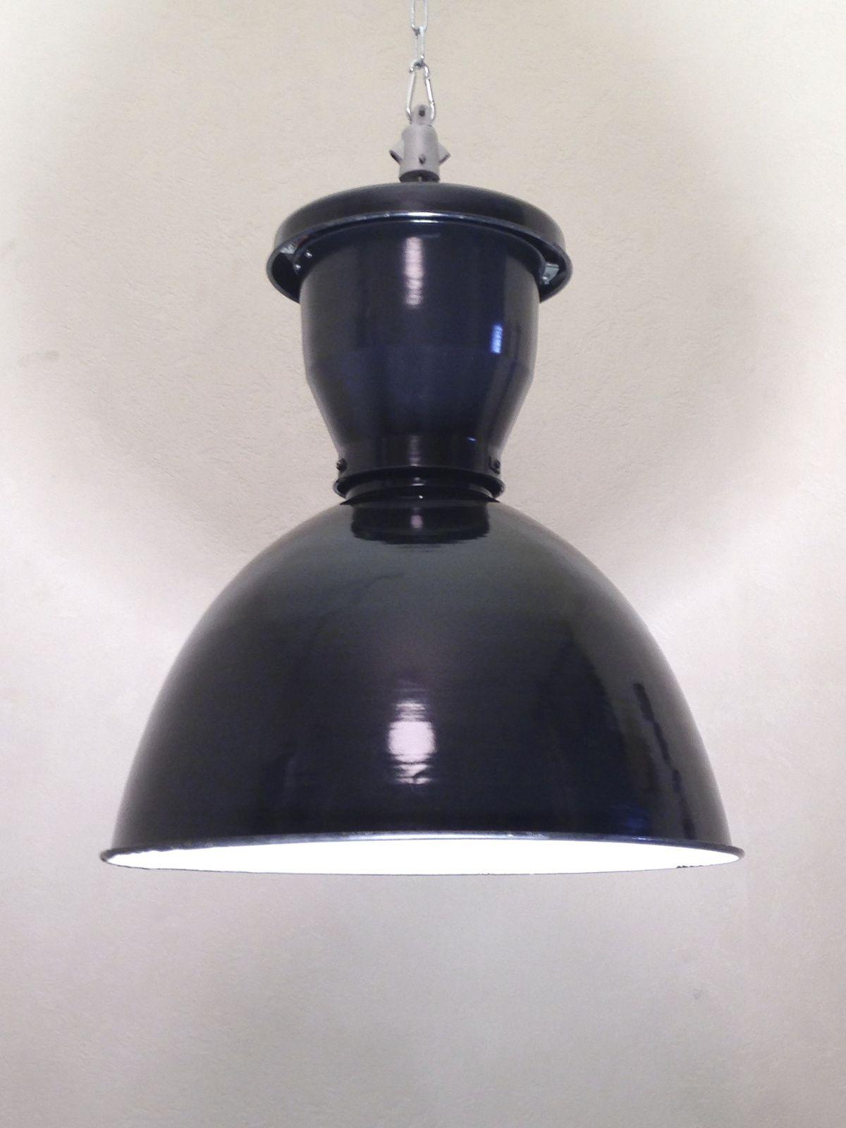Vieilles lampes industrielles Mazda.