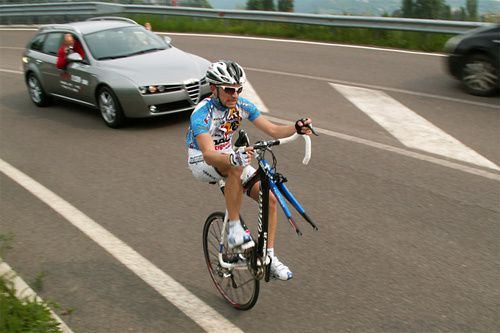 ob_1fabef_cycliste-equilibriste-sur-son-velo.jpg