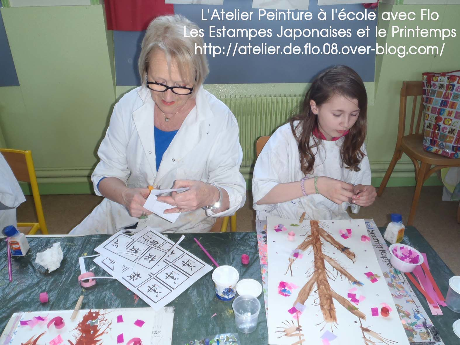 Après la peinture, on colle les pétales de fleurs. Merci encore à Josée pour son aide !
