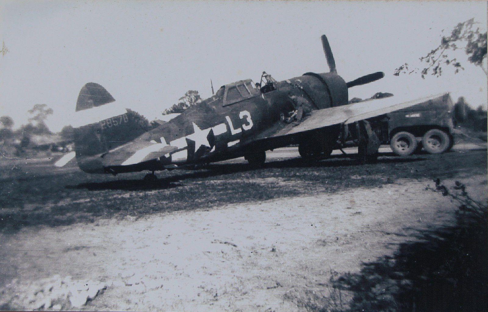 Un P47 faisant le plein sur l'aérodrome de Louplande. Il s'agit de l'ancien modèle du P47 avec une verrière qui laisse un angle mort d'environ 20° à l'arrière.