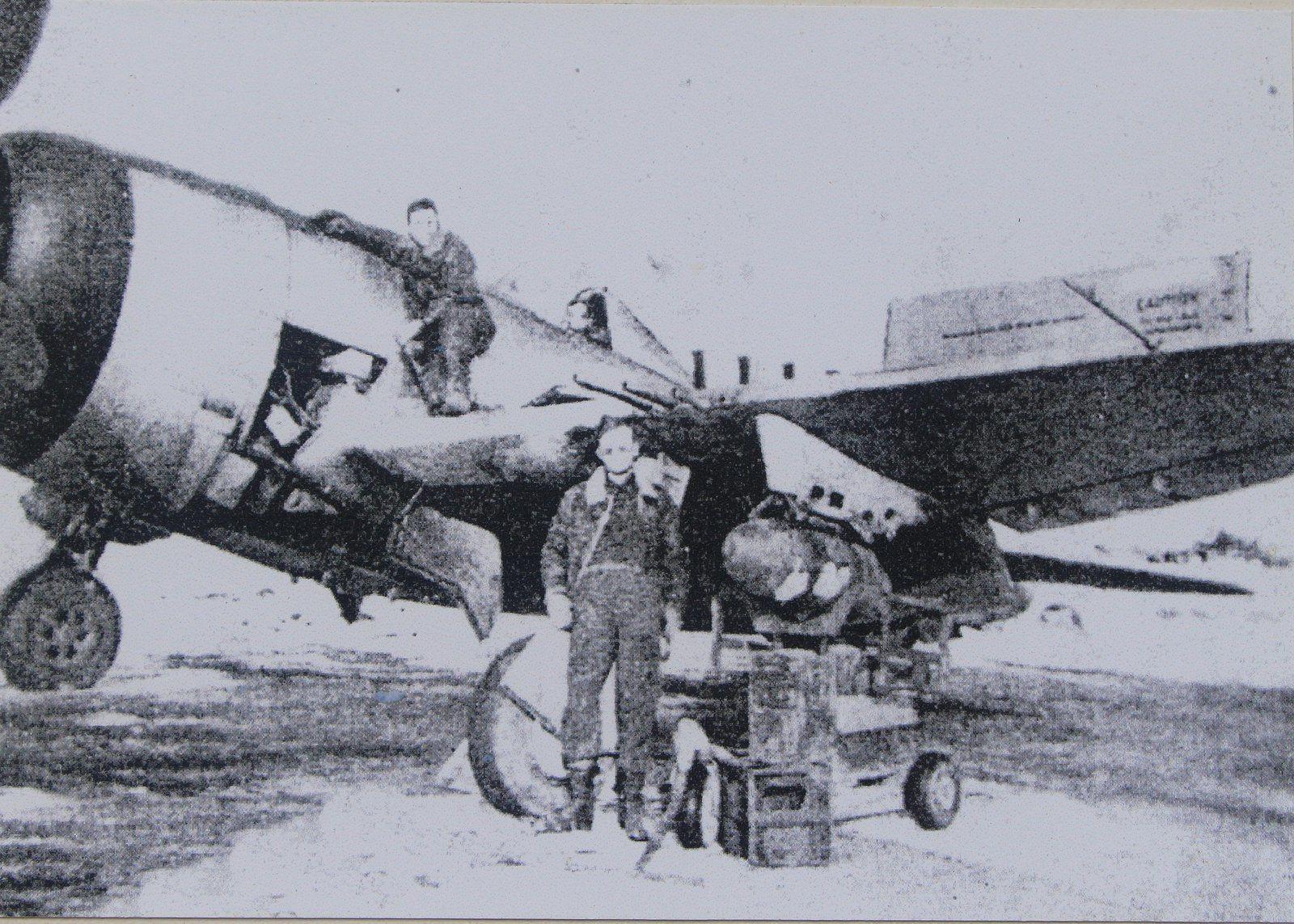 Des mécaniciens américains préparant un avion.