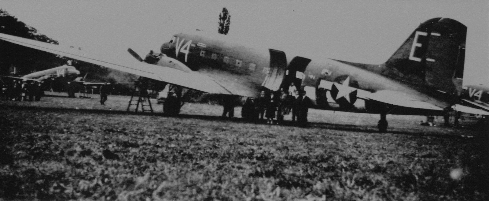 Un C-47 Dakota du 304th Troop Carrier Squadron sur l'A-44.