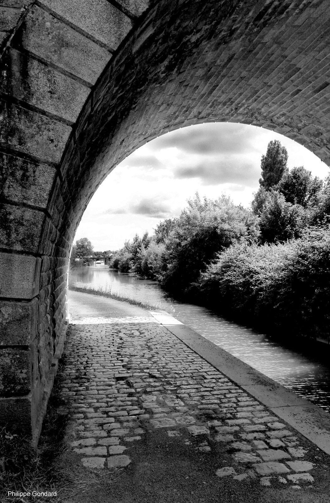 La Suze sur Sarthe - Le pont de chemin de fer et le canal