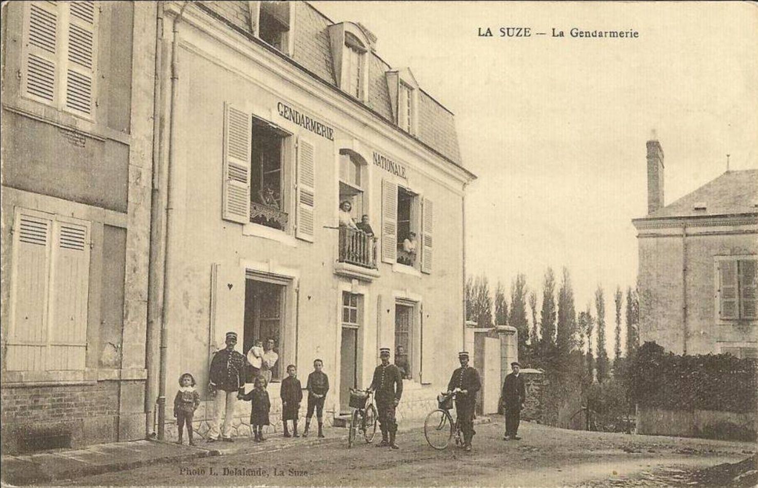 La Rue Basse débouche sur la Grande Rue en faisant un angle droit.