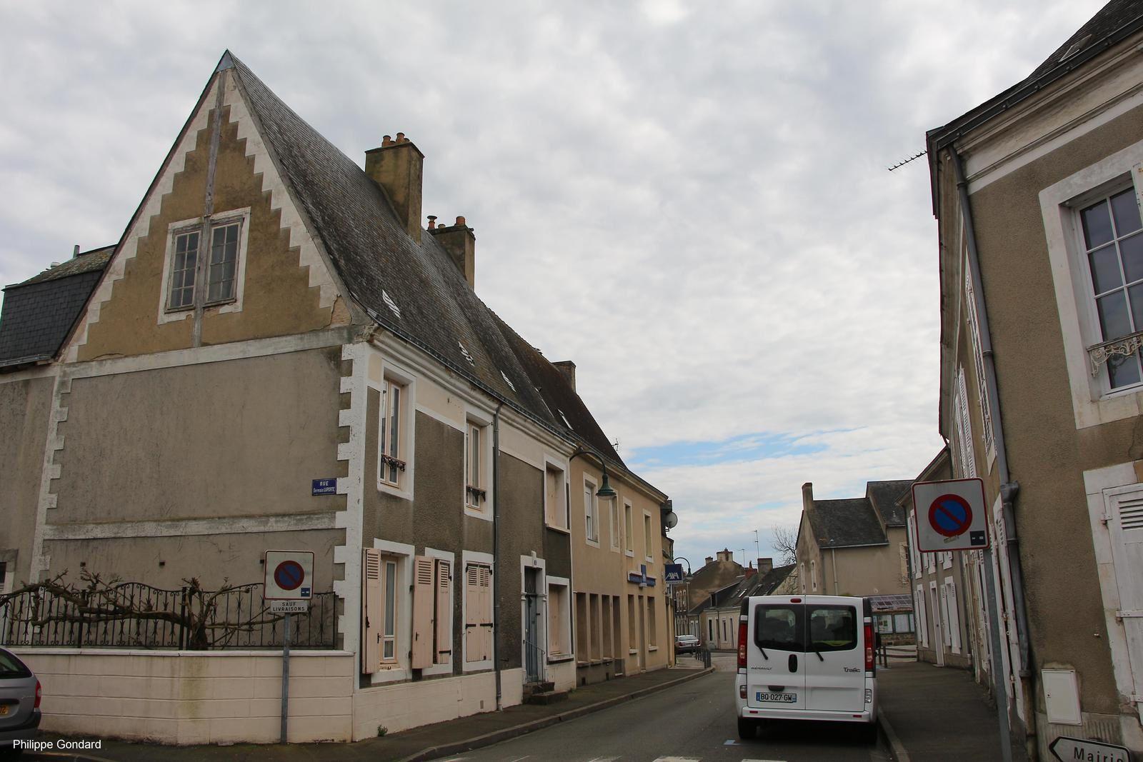 La Grande Rue avec à gauche un bâtiment de la fin du Moyen-Age.