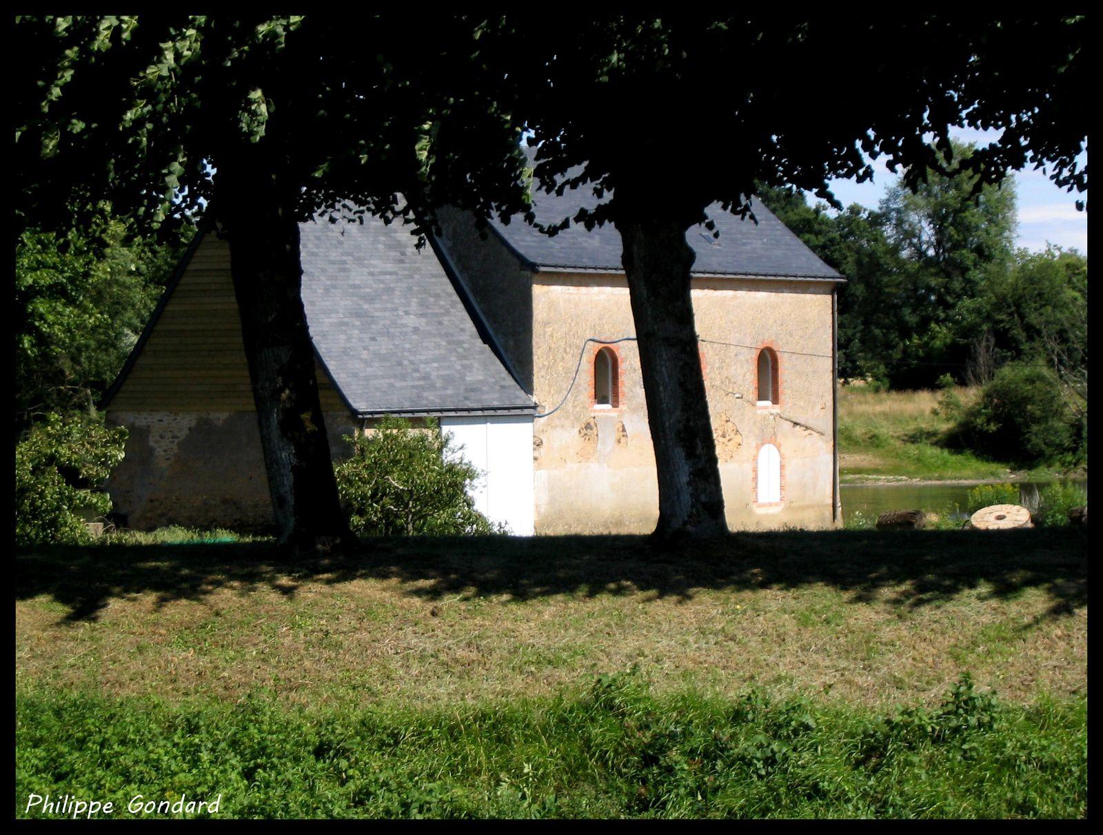 A gauche, le moulin à trèfle (cliché de 2004)