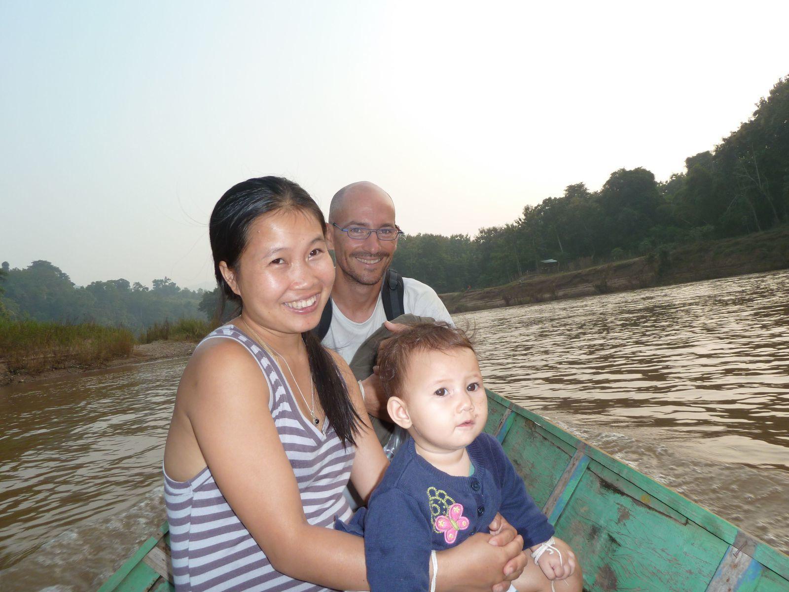Papa avec Kam, la femme de Henri-Pierre (ils nous louent leur maison) avec Alice, leur bébé de 8 mois !