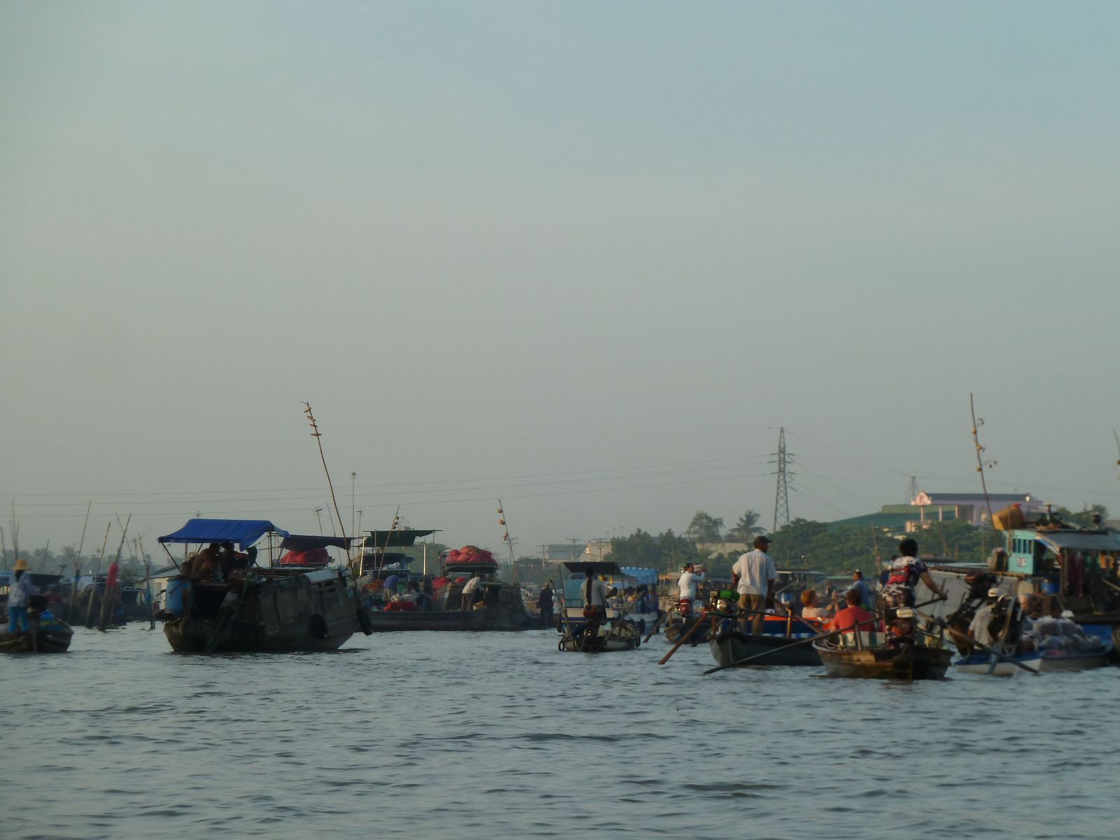 Les fameux marchés flottants. Chaque bateau accroche au bout d'une perche un exemple de ce qu'il a à vendre dans son bateau (pratique!)