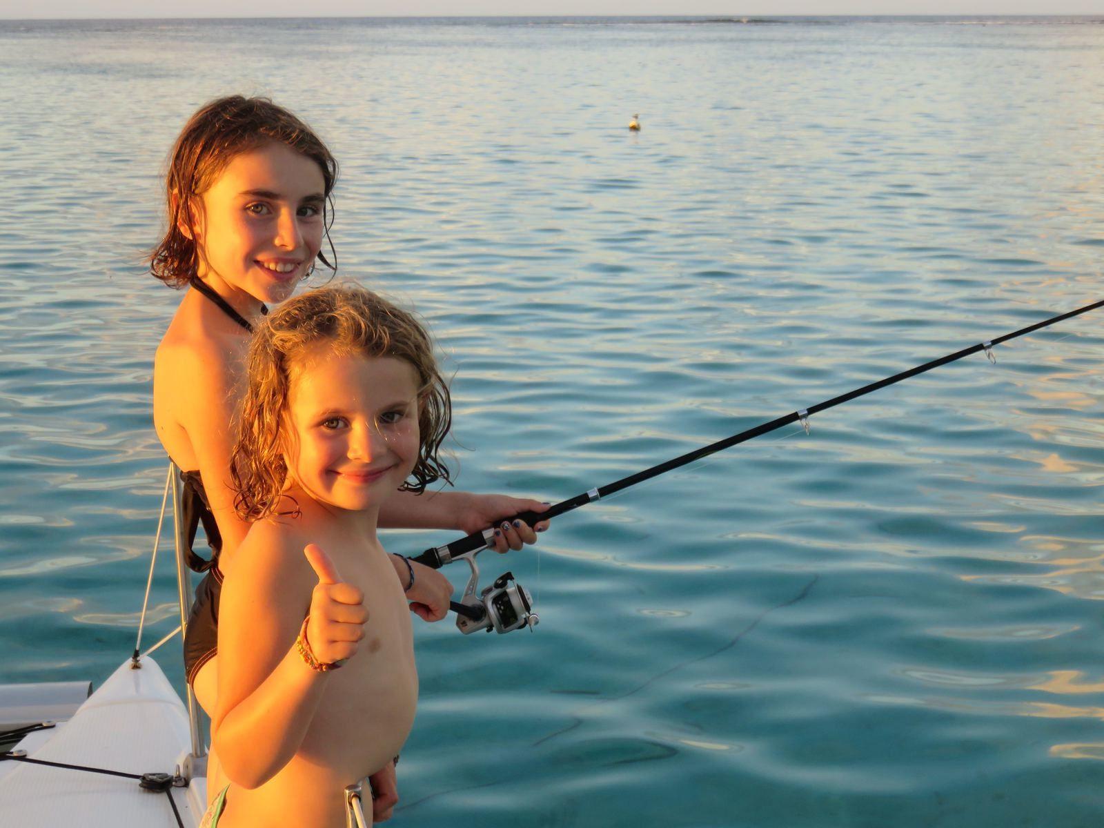 """A l'eau avec nos """"amis"""" les raies et les requins. Un peu collantes les raies!! Tout le monde y va et Mamie nous surveille depuis l'annexe."""