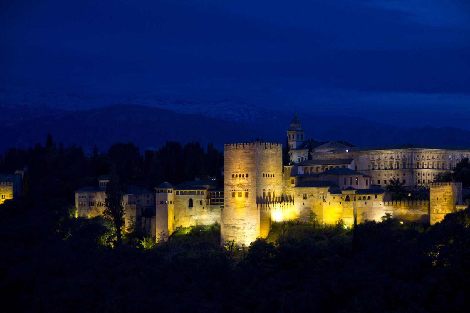 Vue du site de l'Alhambra avec la Sierra Nevada enneigée depuis le mirador de San Nicolas