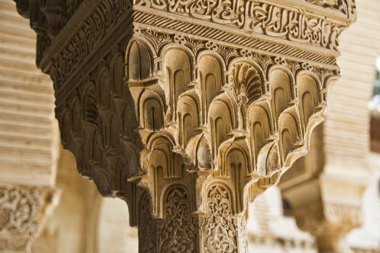 Vue du palais du Generalife, la cour de la Acequia, un chapiteau en haut d'une colonne, une porte typique de l'architecture Nasride, ...