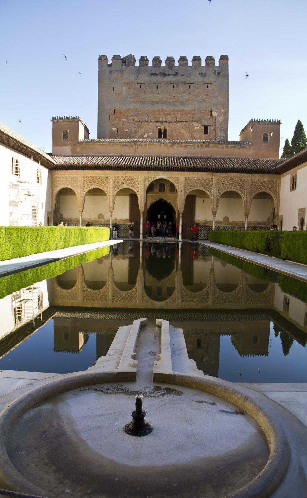 La cour des myrtes avec la tour de Comares et la cour des Lions dans le palais Nasride
