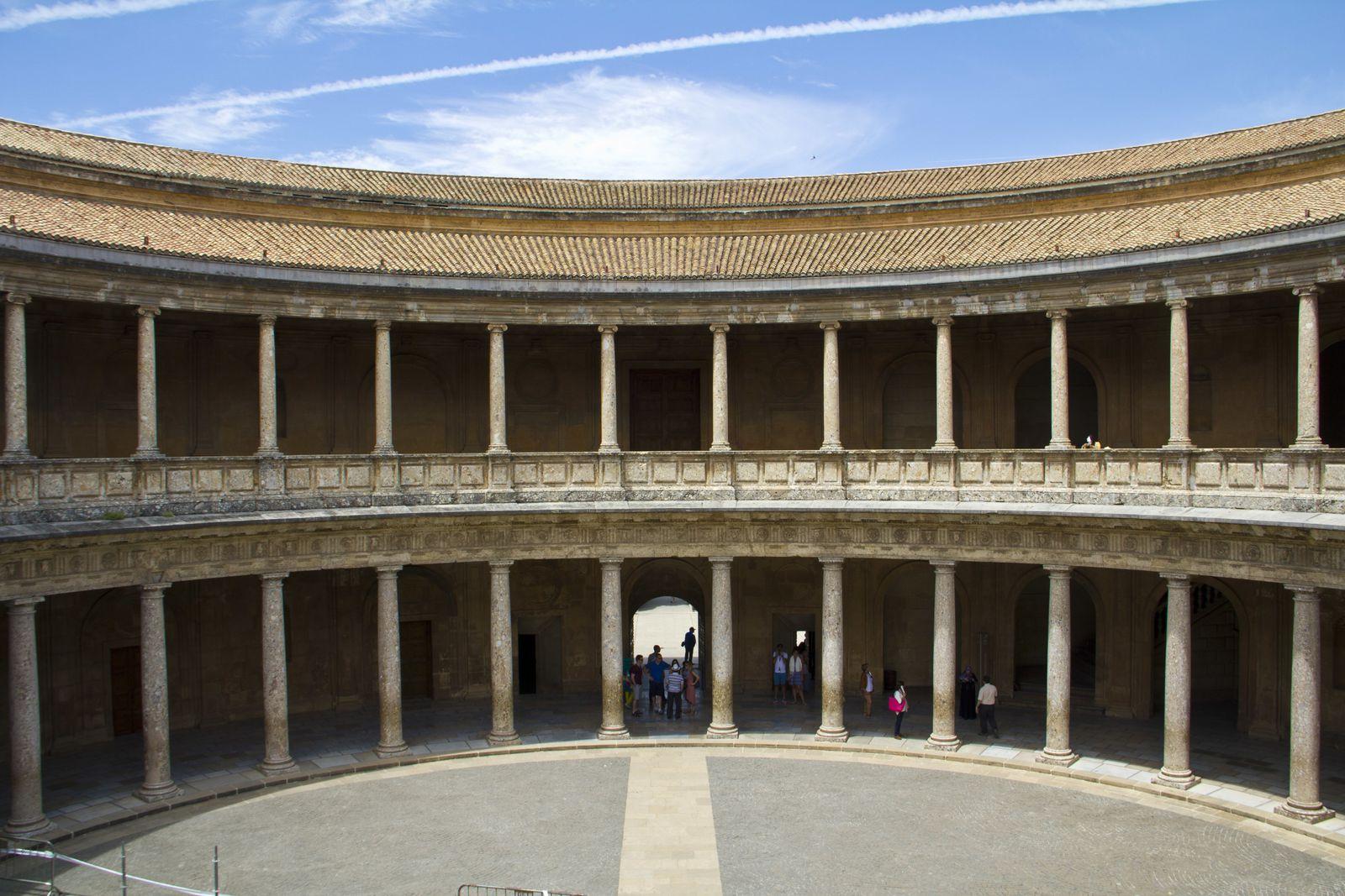 Les fontaines, les jardins, les points de vue, des tours et des chemins de ronde, tout cela agrémenté de fleurs dans l'Alhambra,