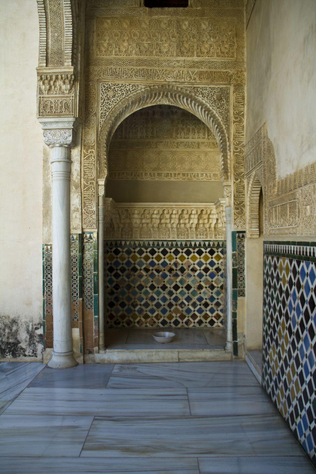Des portes à arc outrepassé, des azulejos, presque toutes ces photos ont été prises dans les palais Nasrides.