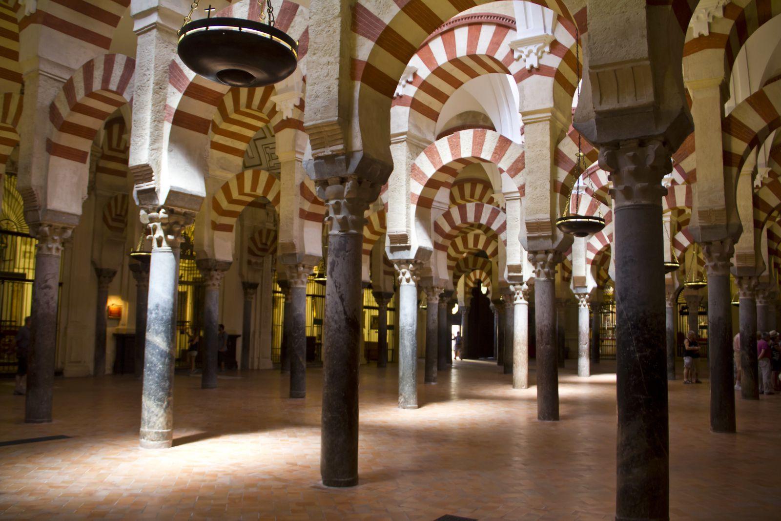 L'intérieur de la Mezquita et une ruelle étroite de la Juderia