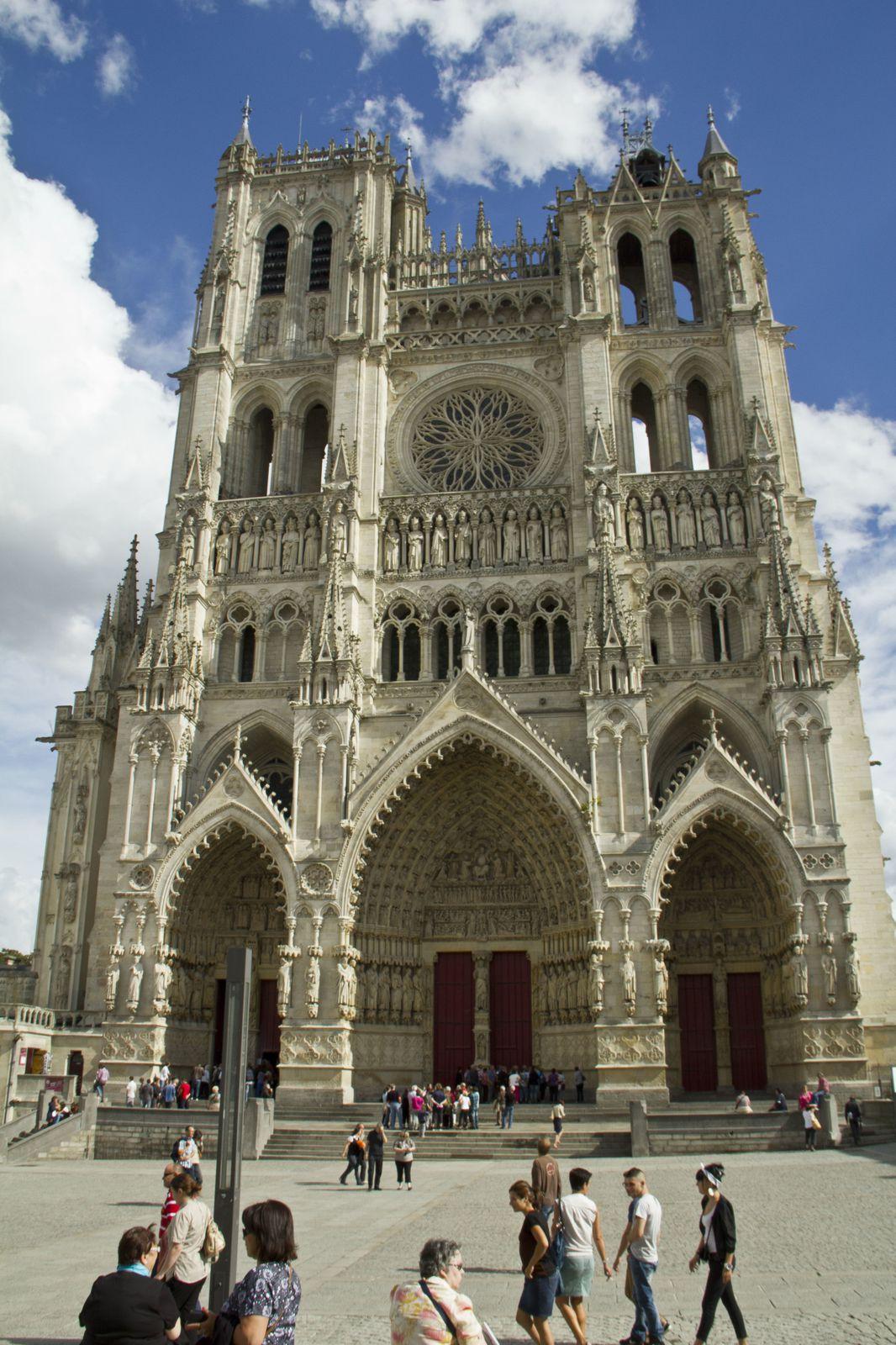 La façade de la cathédrale depuis le parvis, un détail d'une gargouille