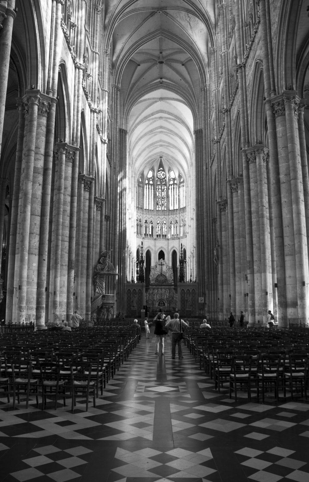 Le labyrinthe, l'immense nef de la cathédrale depuis l'entrée et depuis l'autel