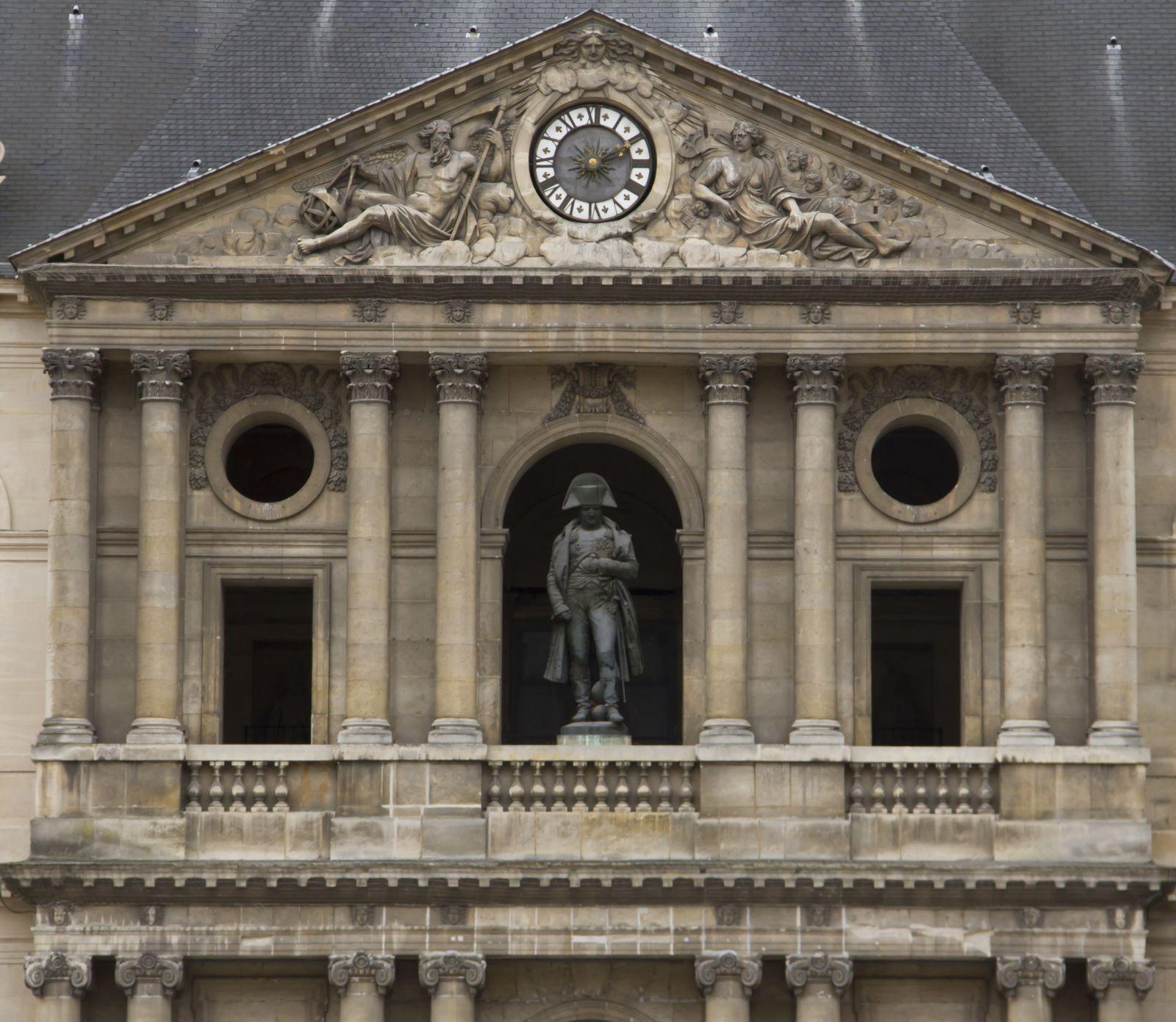 La cour d'honneur, le dôme et la statue dédiée à Napoléon, la nef de l'église dans laquelle se trouve les drapeaux pris à l'ennemi.