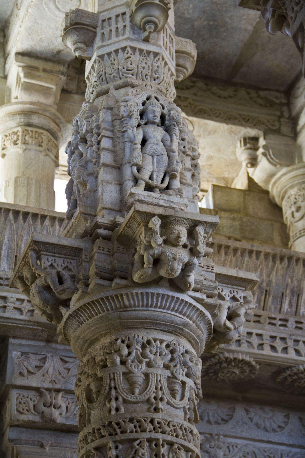 Piliers, plafond, la première image représente un Tirthankara qui est un maître Jaïn.