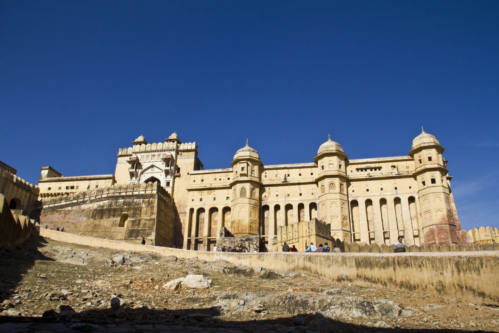 Vues extérieures du palais d'Amber, porte d'entrée de la forteresse, le mur d'enceinte, les jardins sur l'eau.
