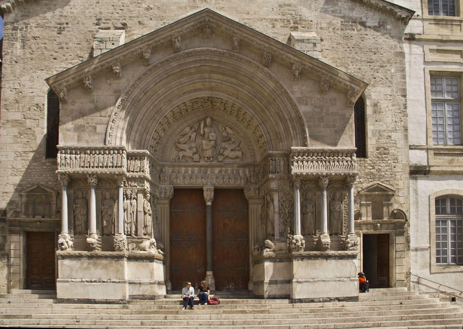 Arles, vestiges romains et église romane Saint Trophime