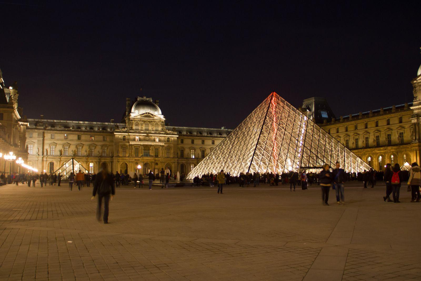 La pyramide et le musée du Louvre.