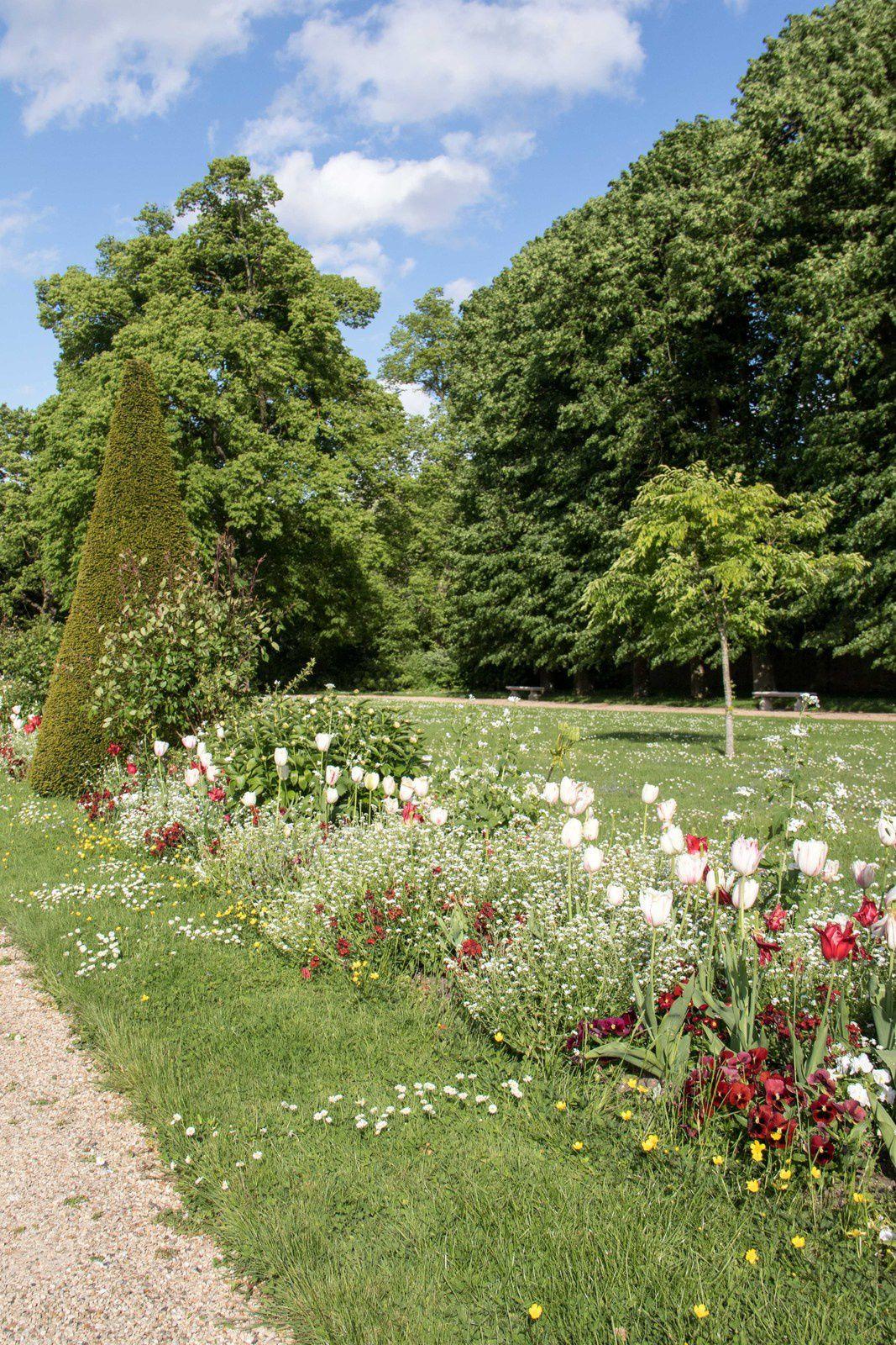 Vues extérieures du château et des jardins.