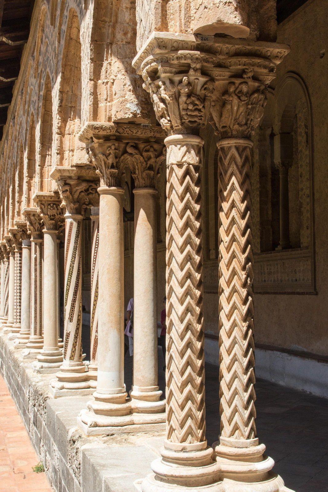 Détails du cloître avec ses piliers doubles ou quadruples