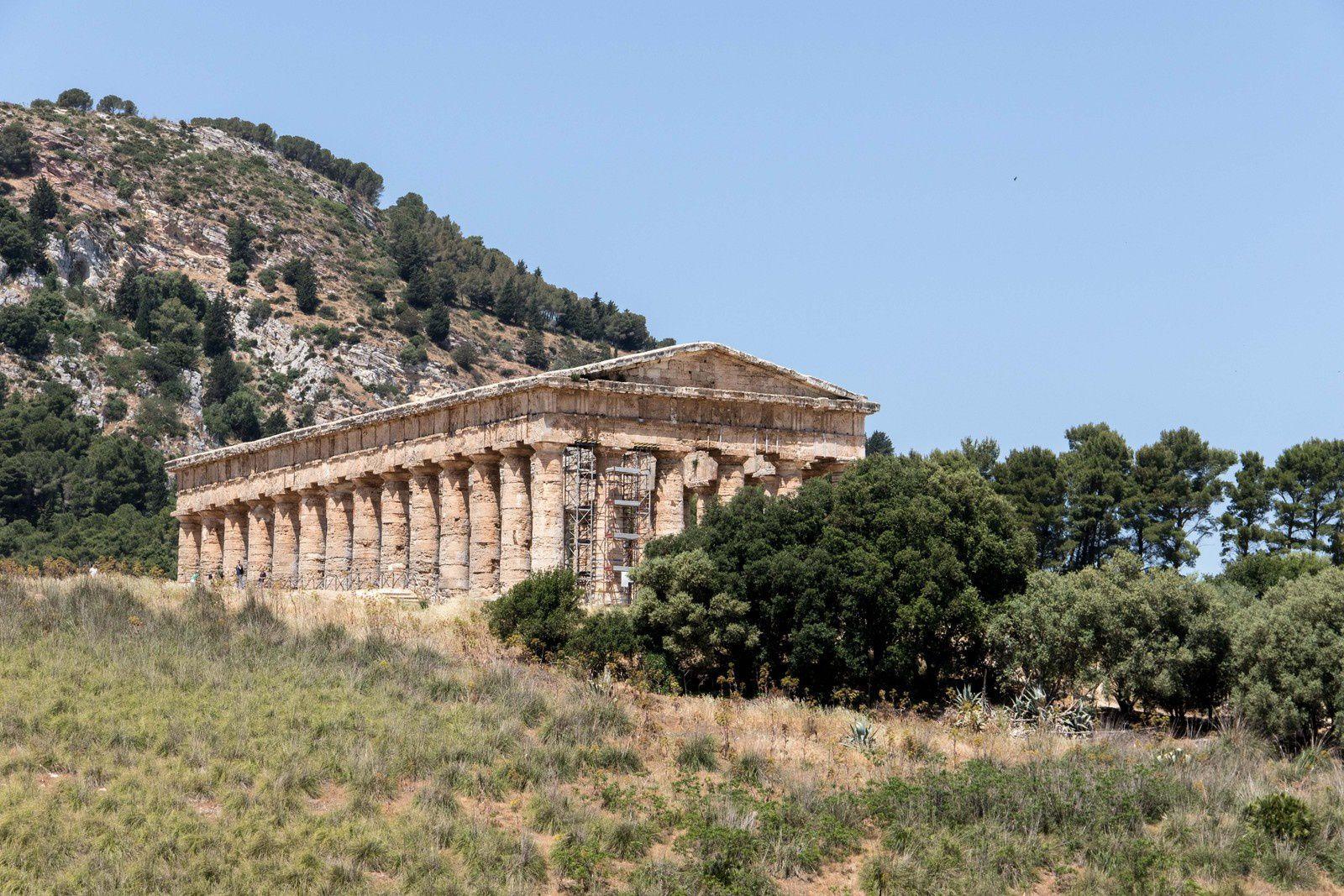 Le temple depuis le chemin qui vient théâtre.