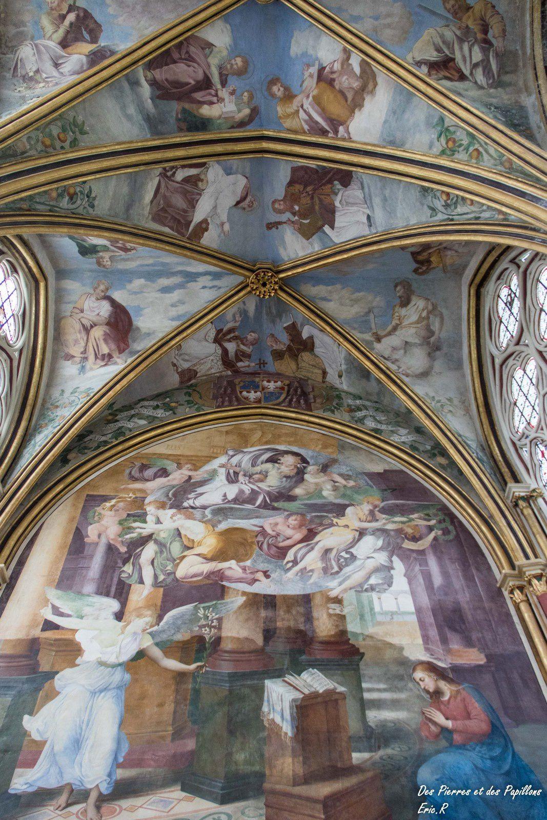 Vues intérieures de la chapelle Notre Dame avec les fresques du Primatice