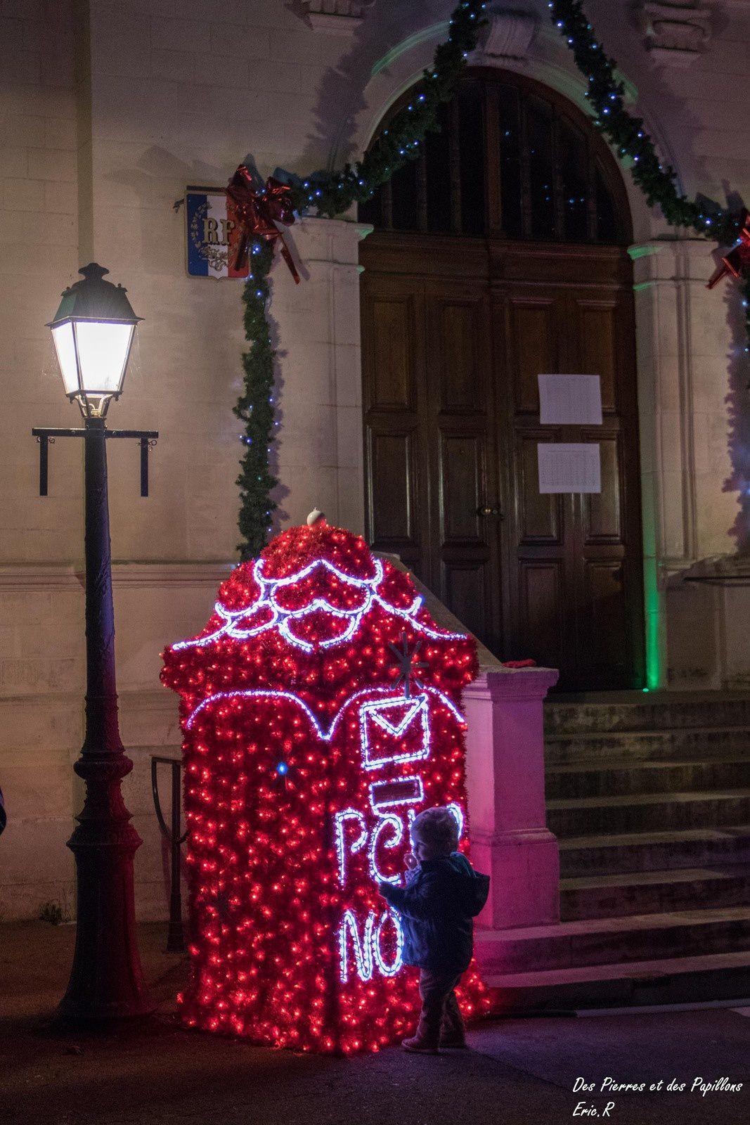 La boite aux lettres pour le père Noël, le marché.