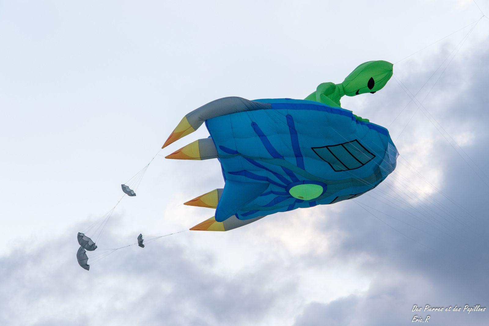 Un extraterrestre sur sa soucoupe volante.