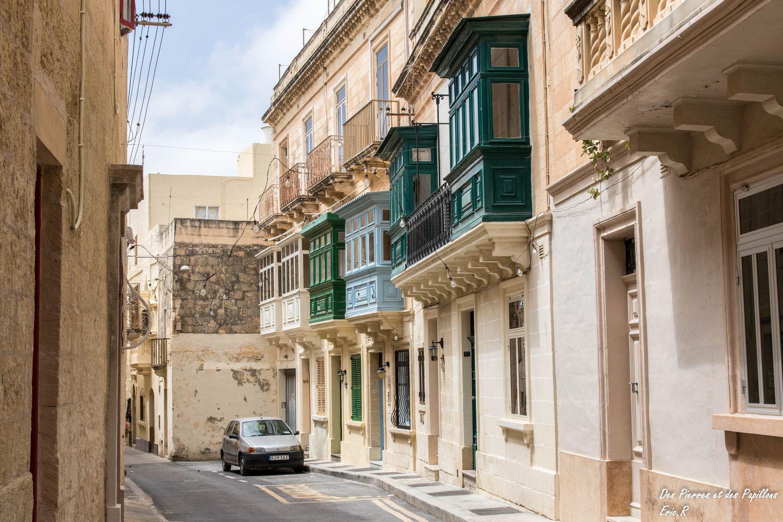 Ruelles, portes et balcons dans la ville de Rabat.
