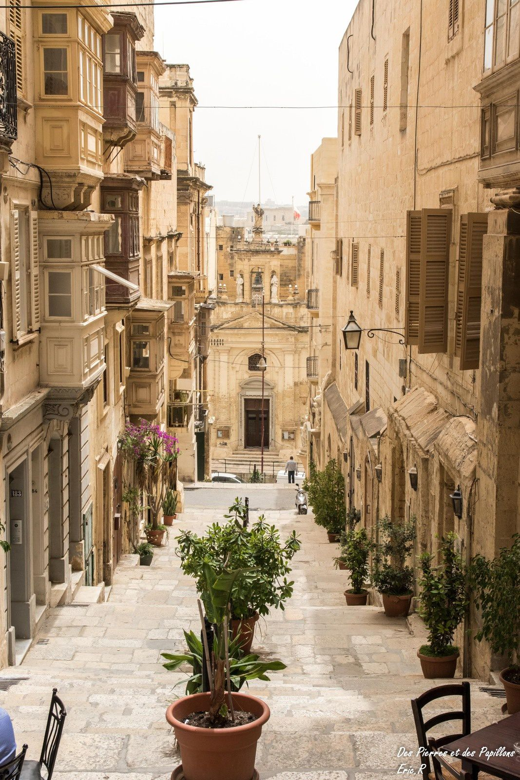 Vues de ruelles, des immeubles et des remparts dans La Valette