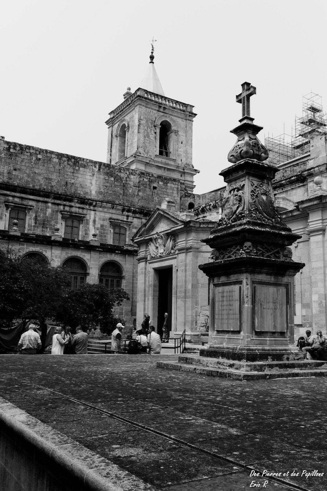 """Vues extérieures de la co-cathédrale """"Saint John"""""""