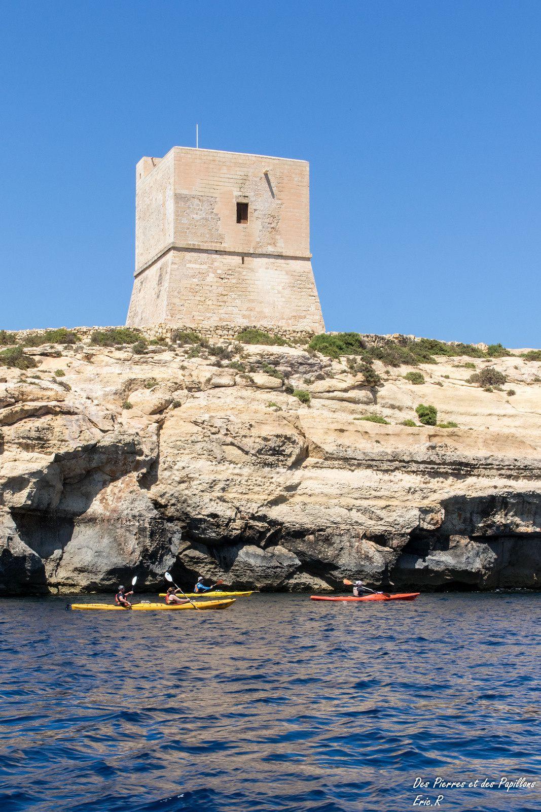 Une tour côtière depuis le bateau et des kayaks de mer.
