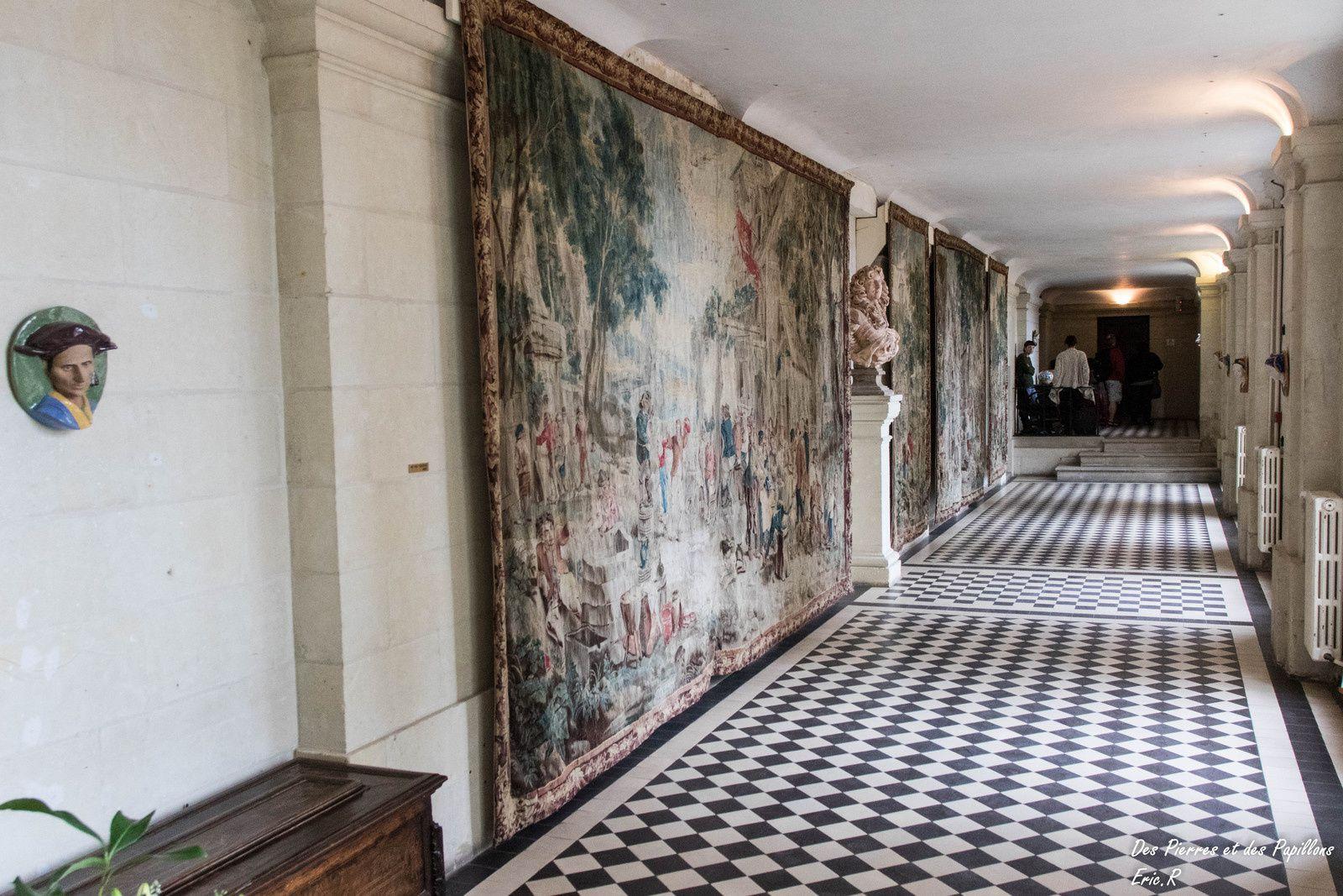 La galerie entre les deux parties du château avec ses tapisseries