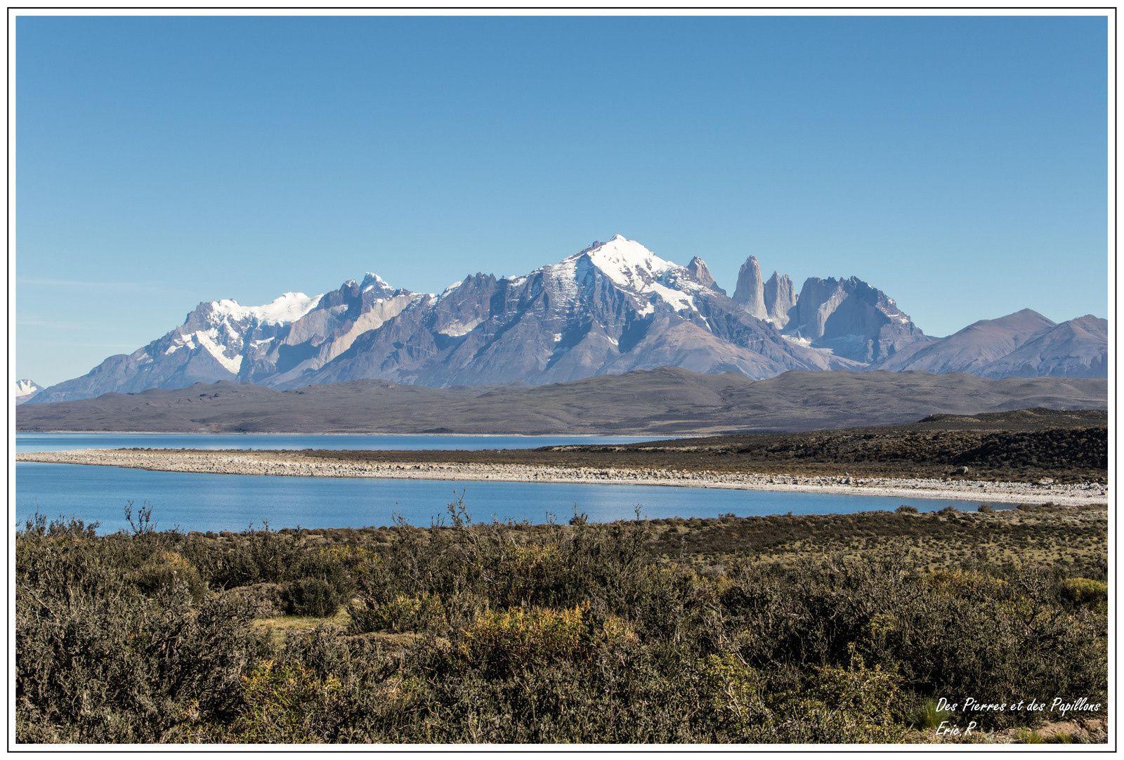 Torres del Paine avec le  Lago Sarmiento de Gamboa au premier plan