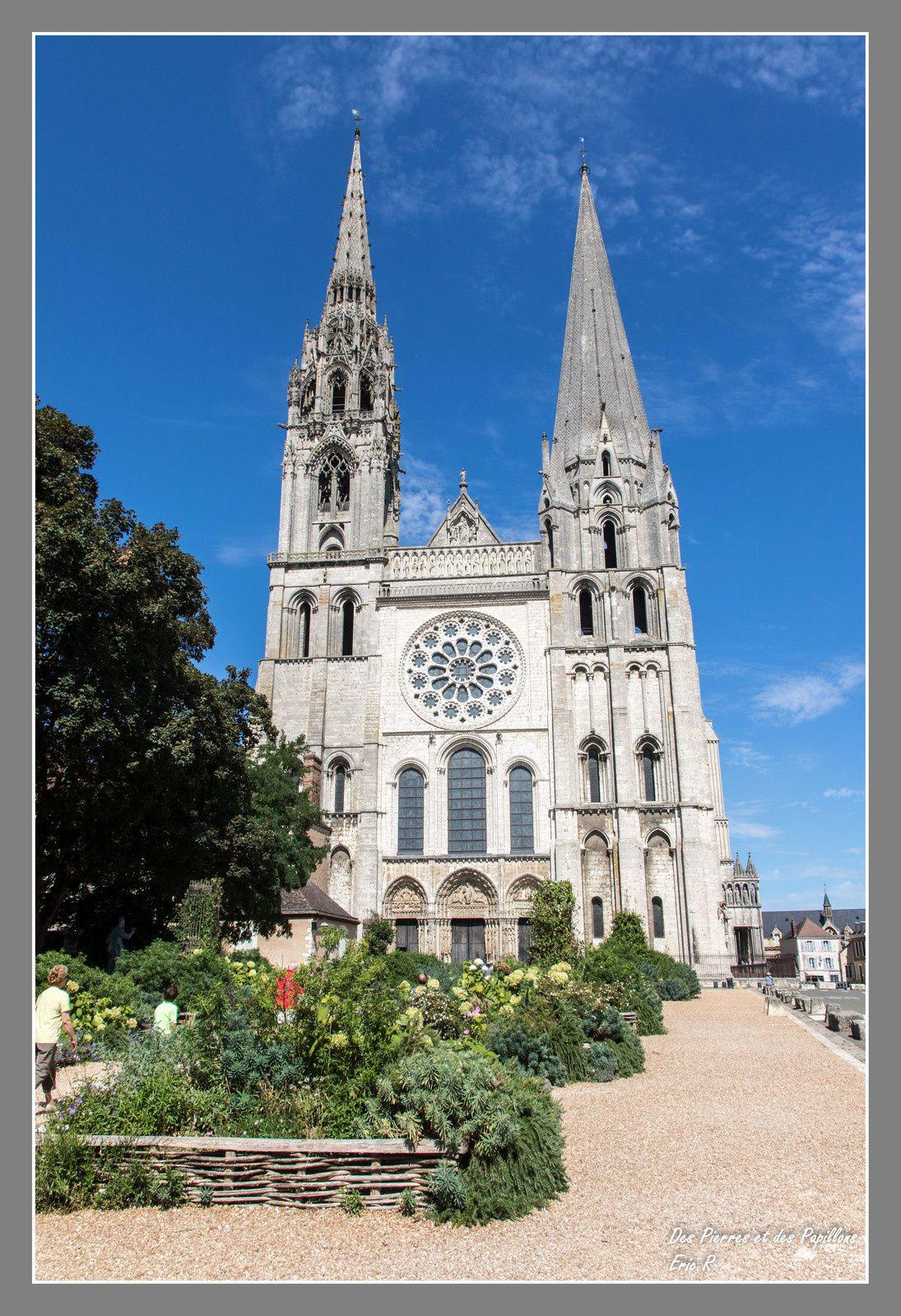 Les vues extérieures de la cathédrale et des portails