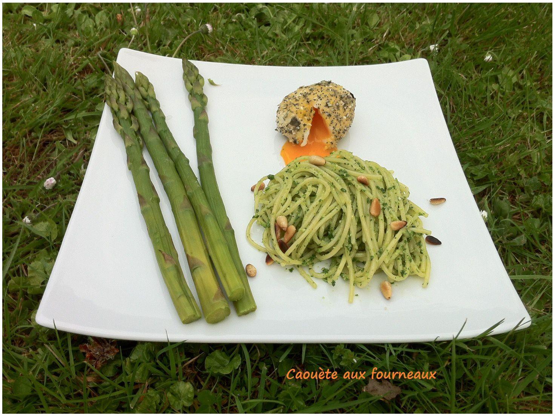 Oeuf mollet pané aux graines, pâtes au pesto de roquette et asperges vertes