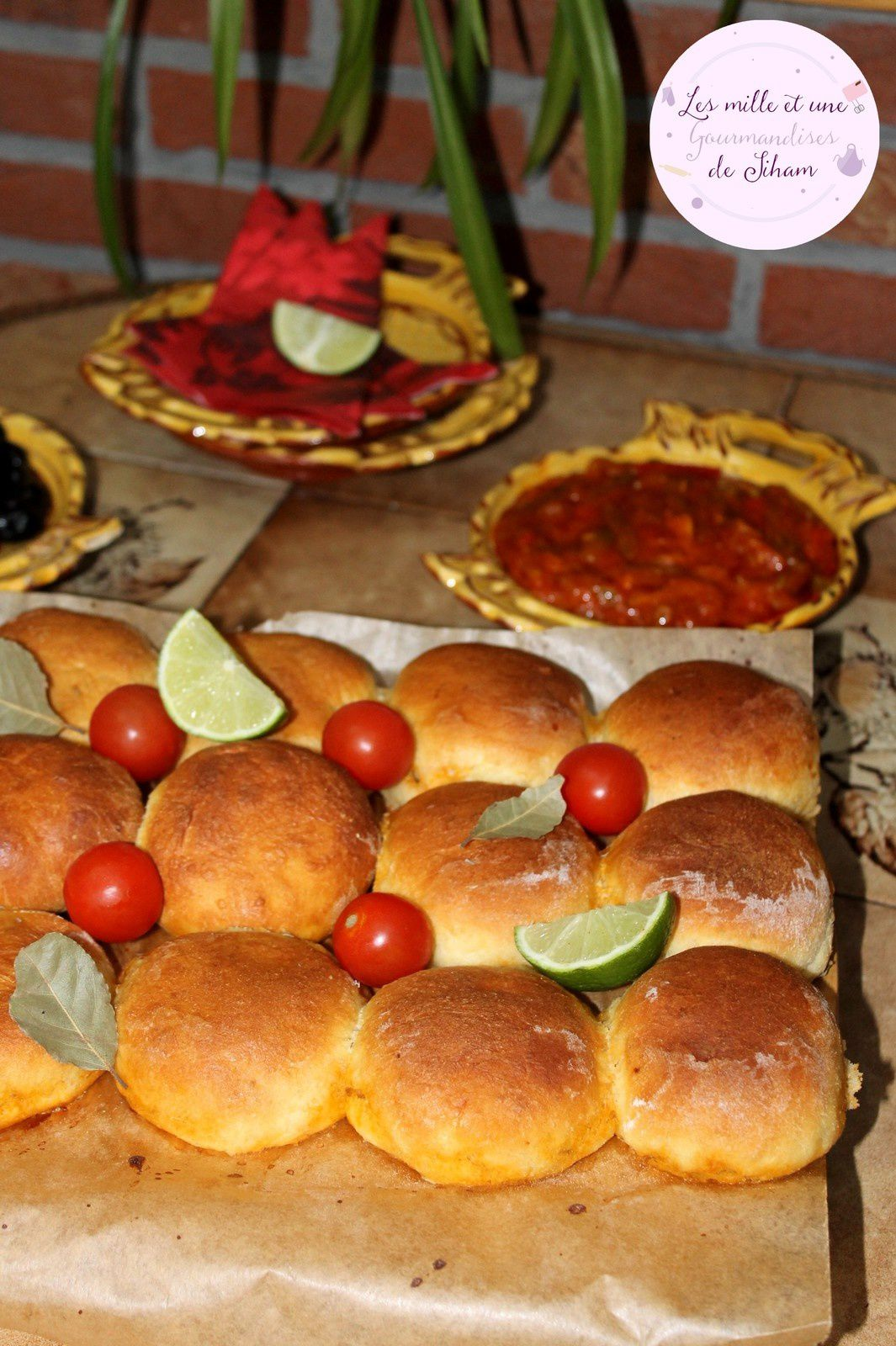 Brioche à la Dinde et aux Légumes, accompagnée de sauce aux Poivrons